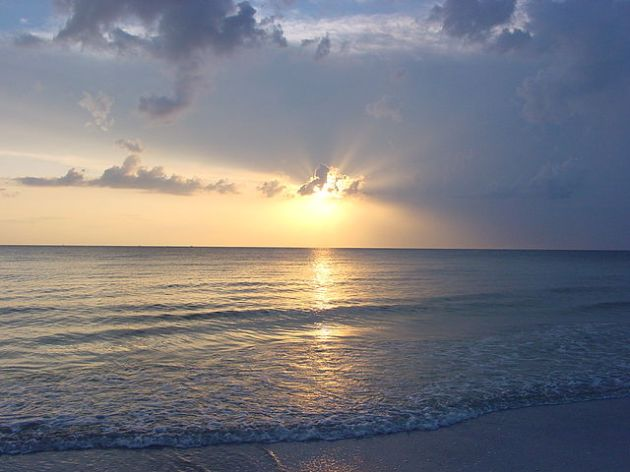 640px-Sunset_on_North_Beach_at_Fort_De_Soto_Park